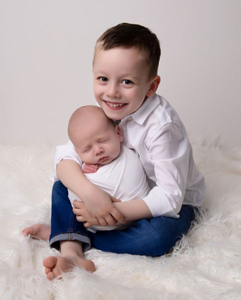 6 week old newborn photo with sibling